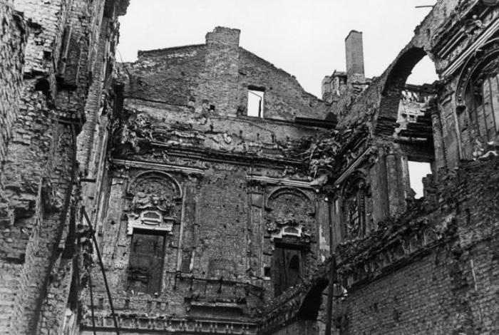 Рыцарский зал разгромлен во время бомбардировки