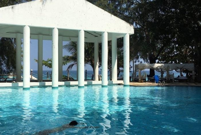 Бассейн на территории отеля Honeymoon Private Island