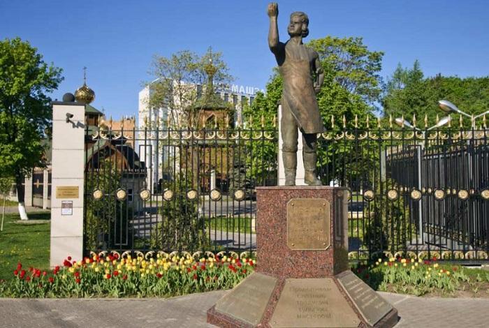 Памятник Левше