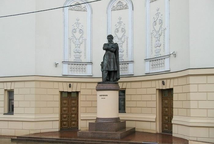 Памятник А.С. Пушкину у театра