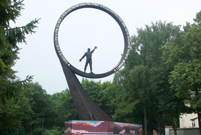 Монумент «Покорителям ближней вселенной»