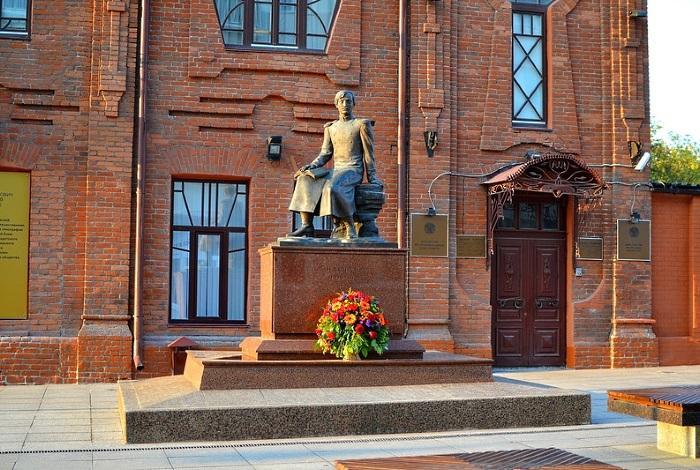 Памятник Чокану Валиханову в Омске
