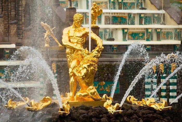 Фонтан-монумент «Самсон, раздирающий пасть льва»