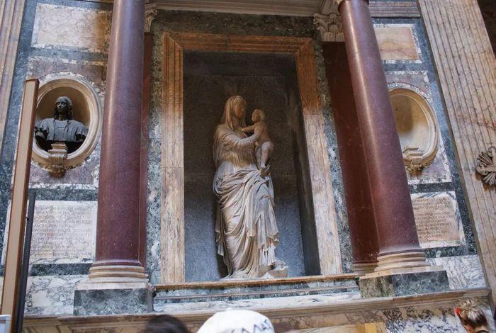Скульптура в нише